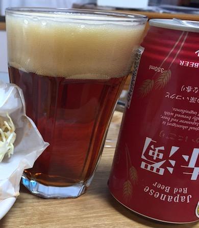 赤濁ビールをグラスに注ぐ