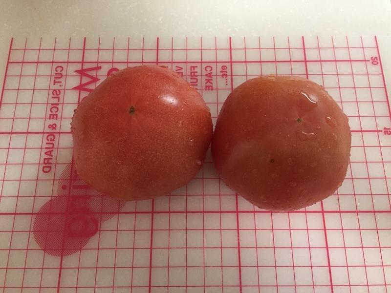 トマトを1センチ四方くらいに刻みます