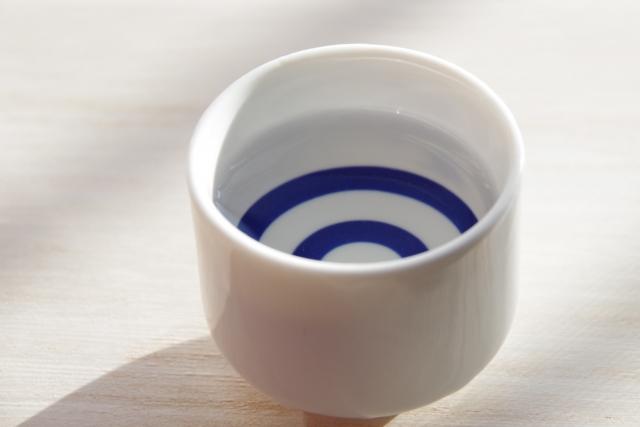 日本酒を飲むおちょこ