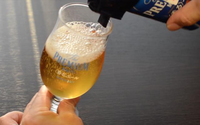 ビールを7分目まで注ぐ
