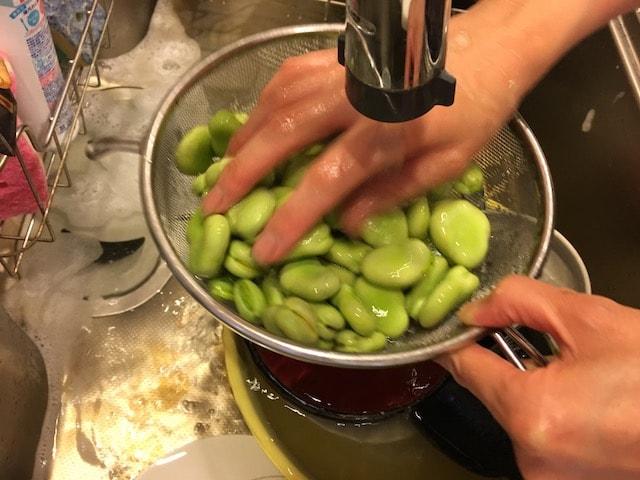 そら豆を水洗い