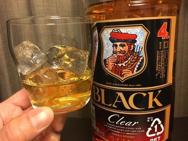 ブラックニッカクリアをロックグラスに注いだところ