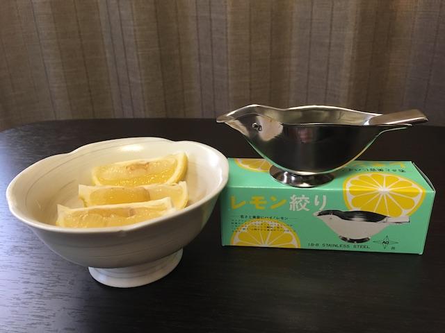 カットレモンとレモン絞り器