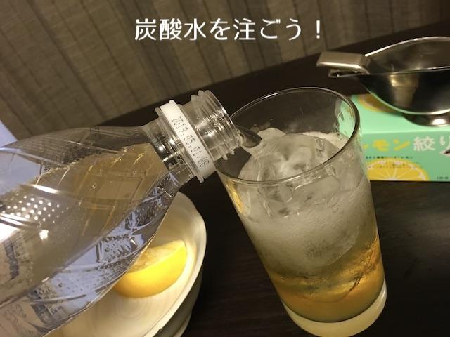 炭酸水をグラスに注ぐ