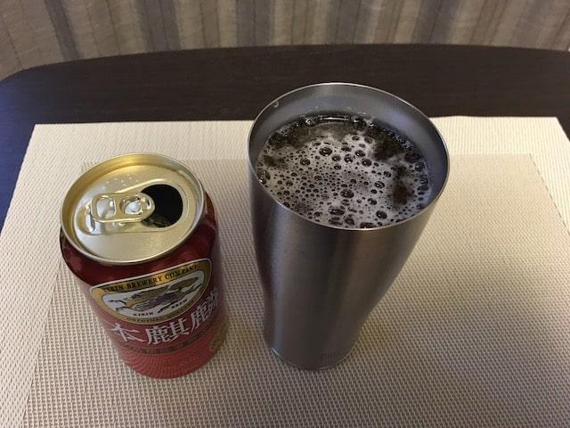 サーモスタンブラーに350ml缶ビールを注いだ