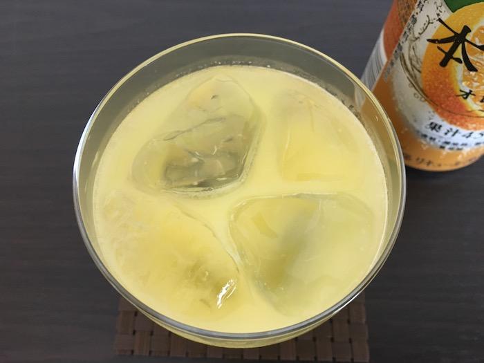 グラスに注いだ本搾りオレンジを上からみたところ