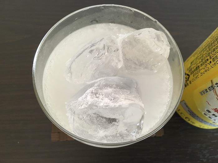グラスに注いだ本搾りレモン