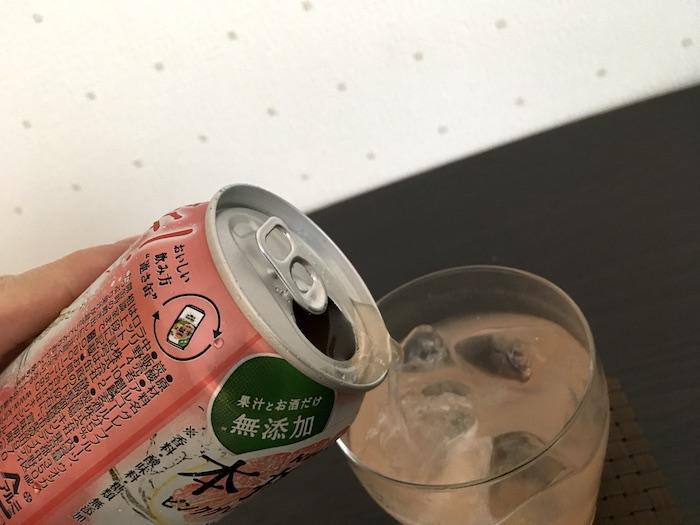 本搾りピンクグレープフルーツをグラスに注いだところ