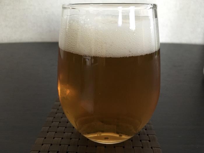 グリーンズフリーをグラスに注いだところ