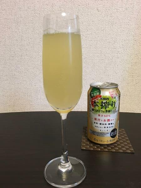 本搾り「薫りぶどう&芳醇りんご」とフルートグラス