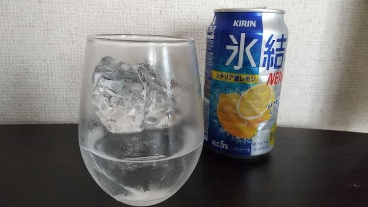 新氷結をグラスに注いだところ