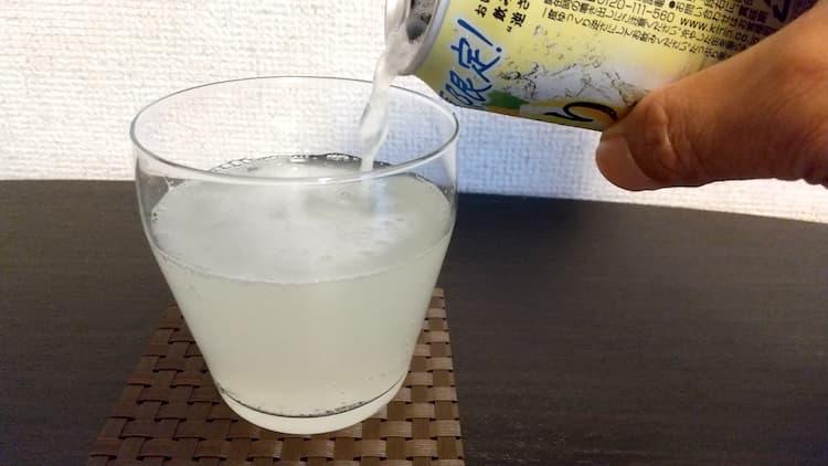 本搾りレモンすっきり搾りをグラスに注いだところ