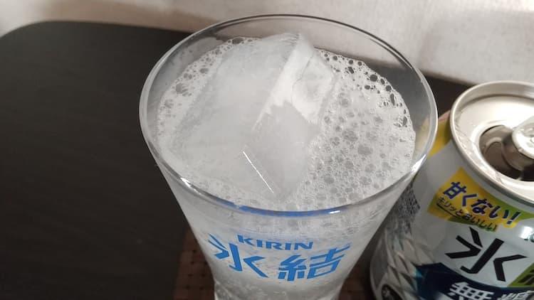 キリン氷結無糖レモン4%をグラスに注いだところ